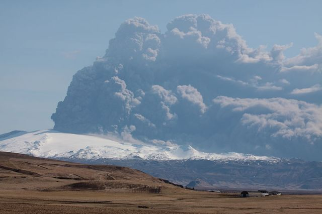 Overlooking the Eyjafjallajökull glacier and the ongoing volcano eruption from Hvolsvöllur on April 17th, 2010.