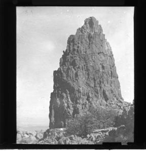 LDGSL/1088/AN/38Black and white photograph of an unknown geological feature, [1890s-1900s].