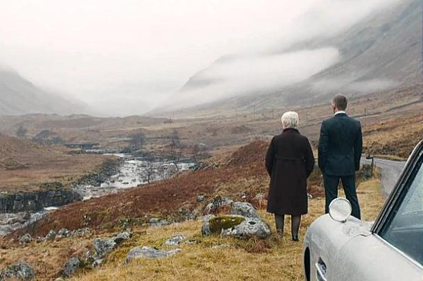 Daniel Craig and Judi Dench as James Bond and M shooting at Glen Coe for Skyfall