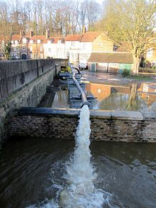 Floodwater is pumped back into the retreating River Derwent at Malton on 27 December 2015 (Wikipedia)
